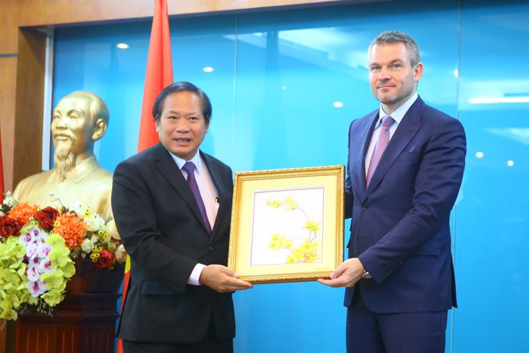 Bộ trưởng Trương Minh Tuấn tiếp song phương Đoàn Phó Thủ tướng Slovakia